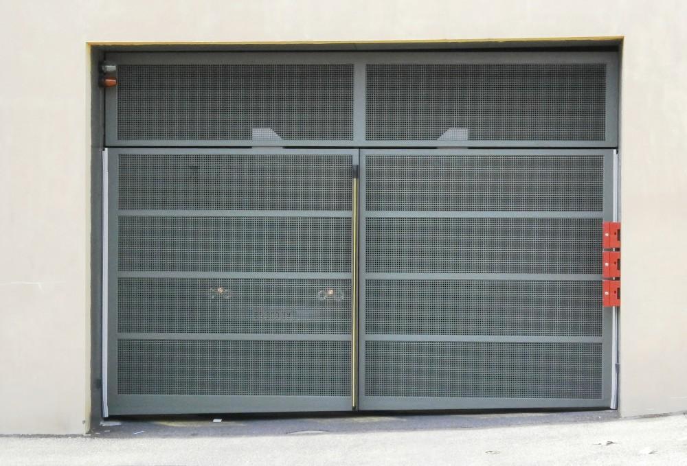 Porte de garage en Fer avec grilles perforées et imposte