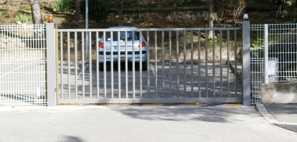 Double portail coulissant en fer à barreaux identiques.